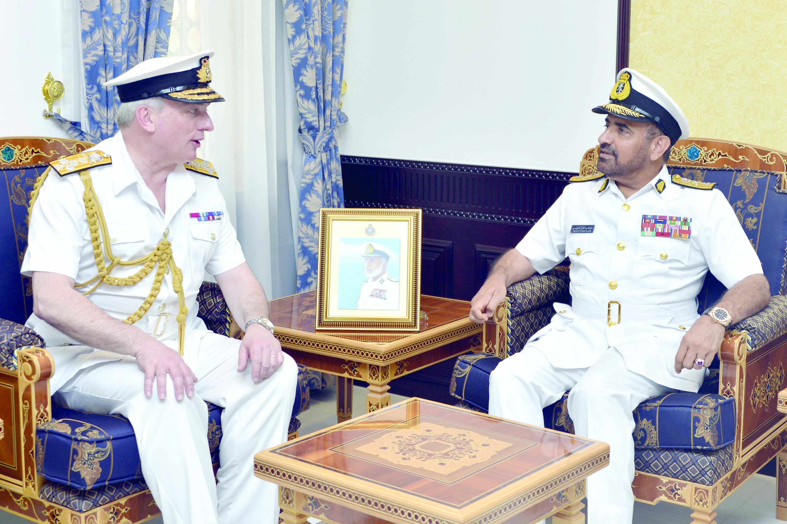 بحث مجالات التعاون مع البحرية البريطانية