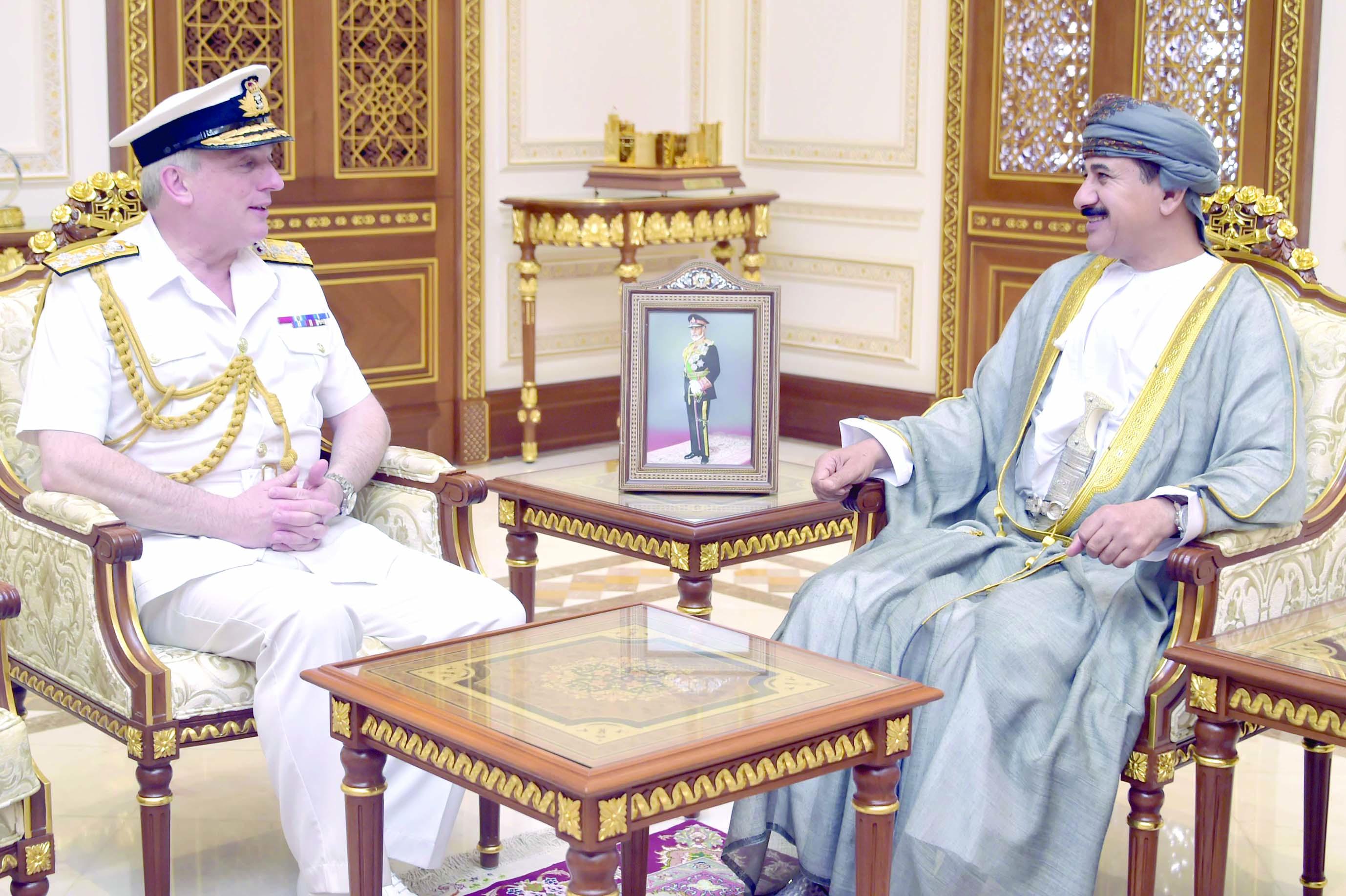 وزير المكتب السلطاني يستقبل رئيس الأركان البحرية البريطانية