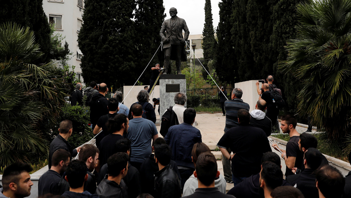 Greek communists try to take down Truman statue