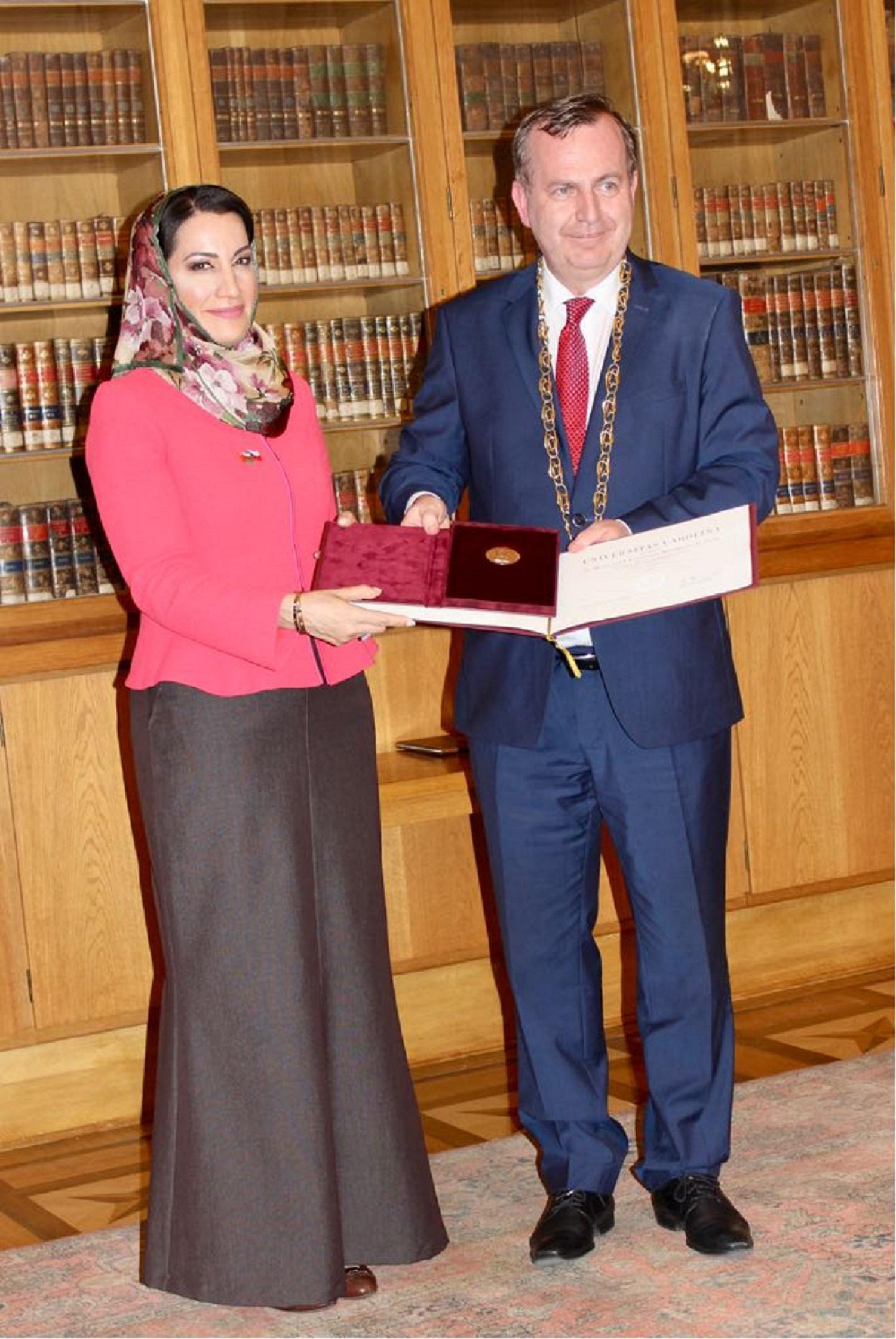 الميدالية الذهبية للدكتورة منى بنت فهد آل سعيد من جامعة تشارلز