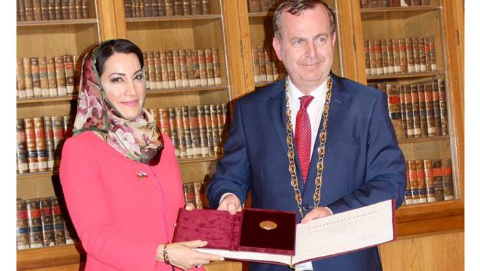 SQU Assistant Vice Chancellor gets gold medal