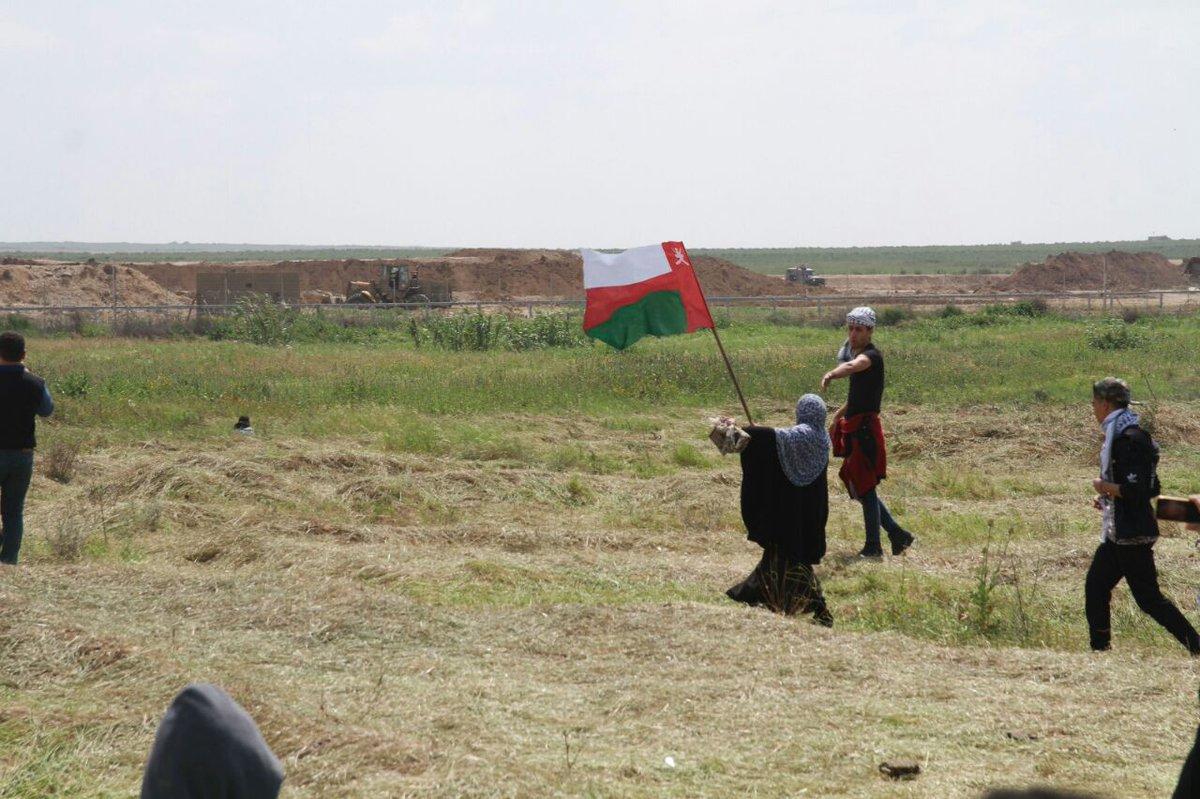 """لماذا رفع الفلسطينيون علم السلطنة في """"مسيرة العودة"""" في غزة؟"""