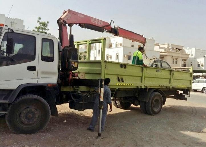 بالصور.. بلدية مسقط تواصل إزالة المركبات المهملة