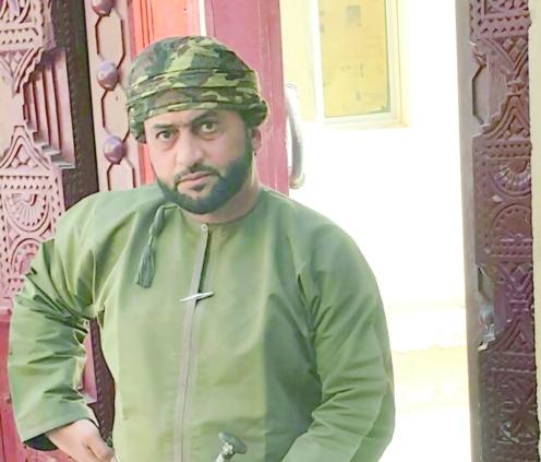 بالصور.. حمود العمراني يؤسس متحفه في غرفة صغيرة بصحار