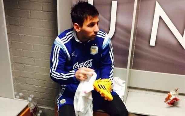 ما هو سر صورة ميسي في أكاديمية نادي مانشستر يونايتد؟