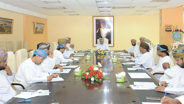Dhofar's governor hosts meeting to assess the readiness of the governorate ahead of the storm
