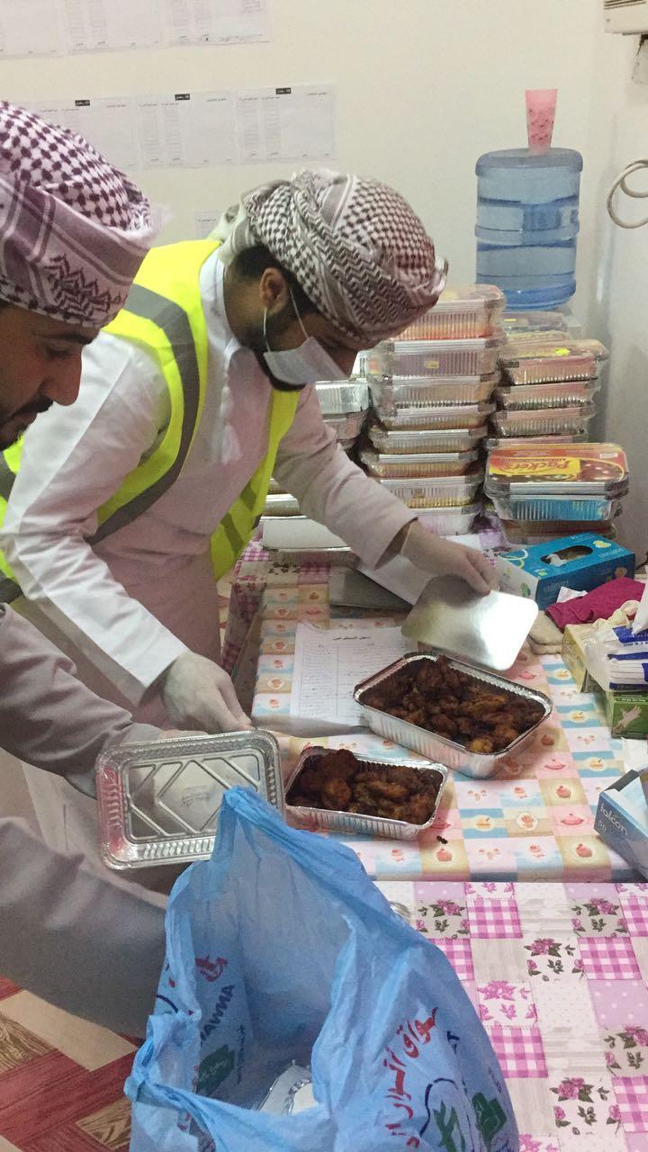 """شاهد بالصور.. متطوعو فريق """"نعمة"""" بالبريمي يوزعون الأطعمة الفائضة على المحتاجين"""