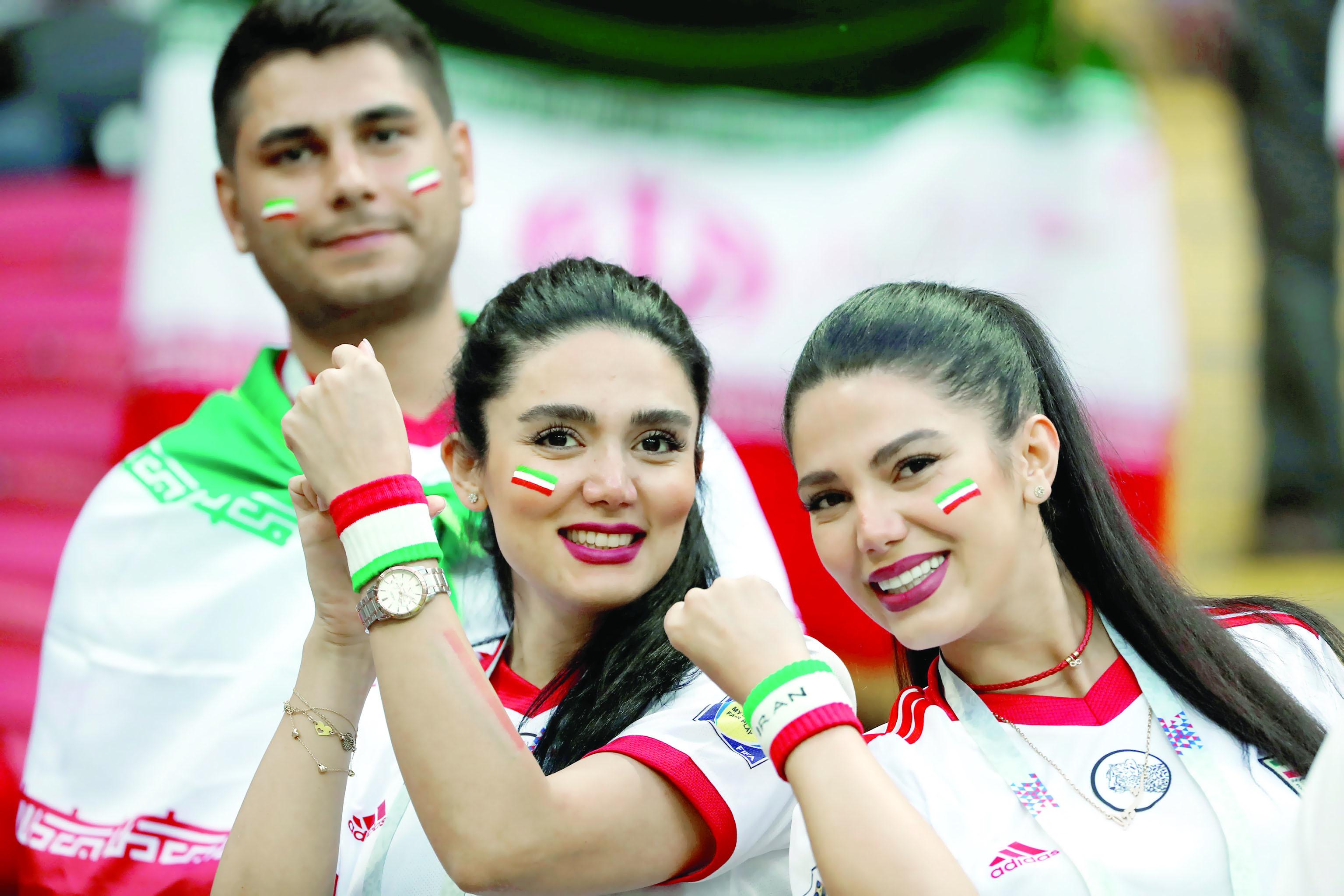 الرئيس الإيراني يعطي الضوء الأخضر لحضور النساء إلى الملاعب