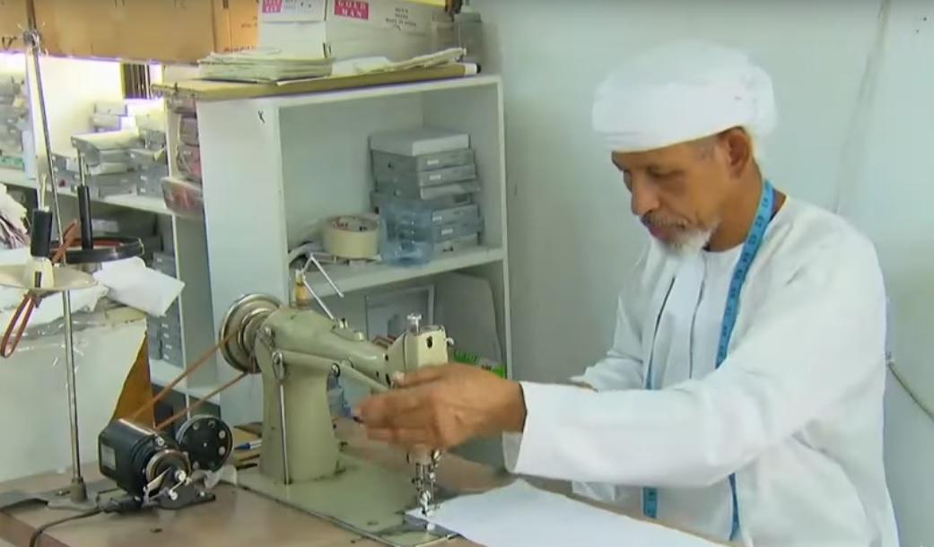 بالفيديو: سعيد الطوقي.. أكثر من 50 عاما في مهنة خياطة الدشداشة العمانية