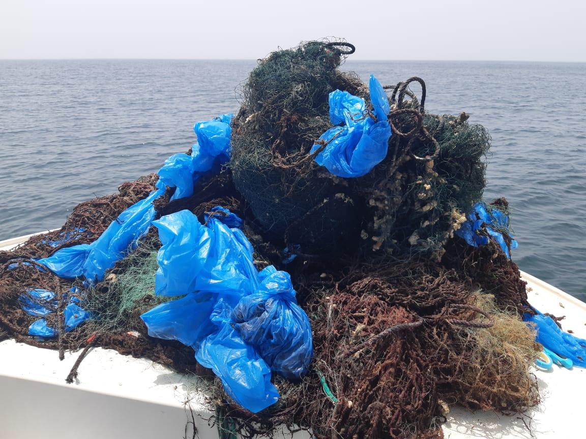 حملات غوص لإزالة شباك الصيد العالقة في الشعاب المرجانية بجزيرة الفحل وبندر الخيران