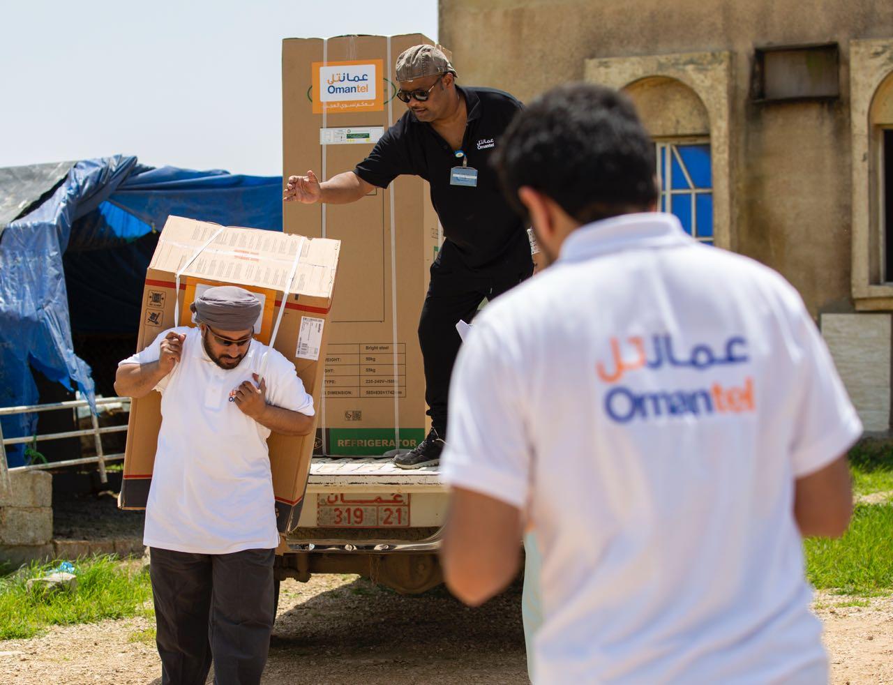 عمانتل تواصل دعمها للأسر المتضررة من إعصار ميكونو