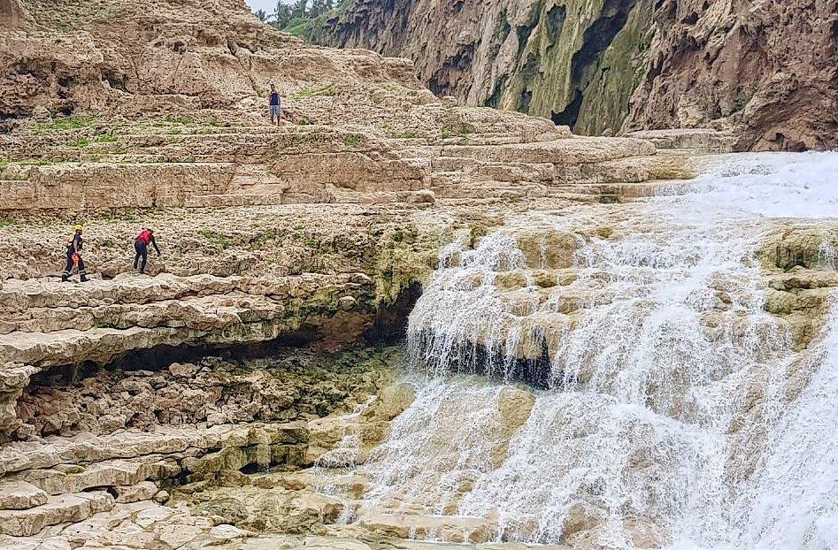 إنقاذ مواطنين اثنين.. ووفاة آسيوية بعد سقوطها من جبل في صلالة