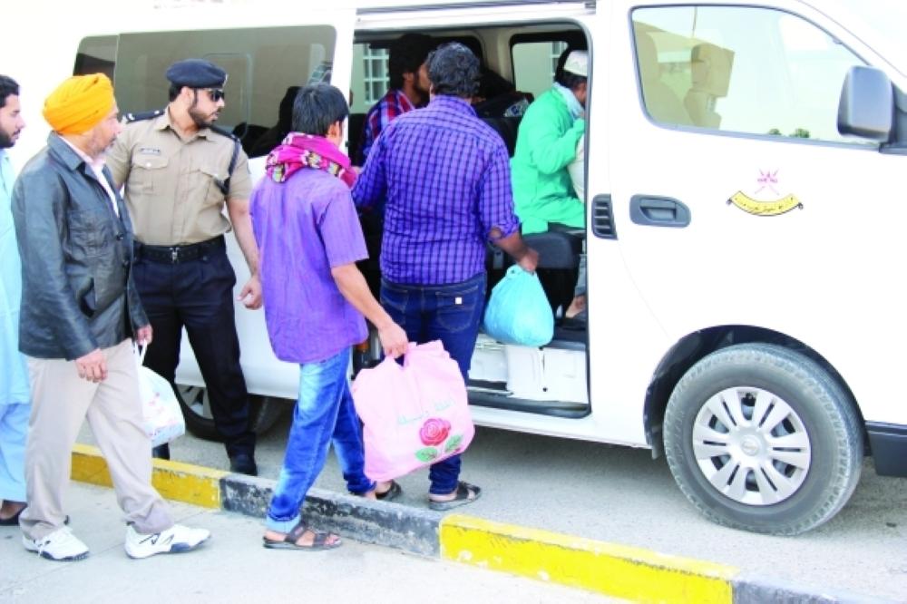 ترحيل 18 متسللا آسيويا عبر مطار مسقط