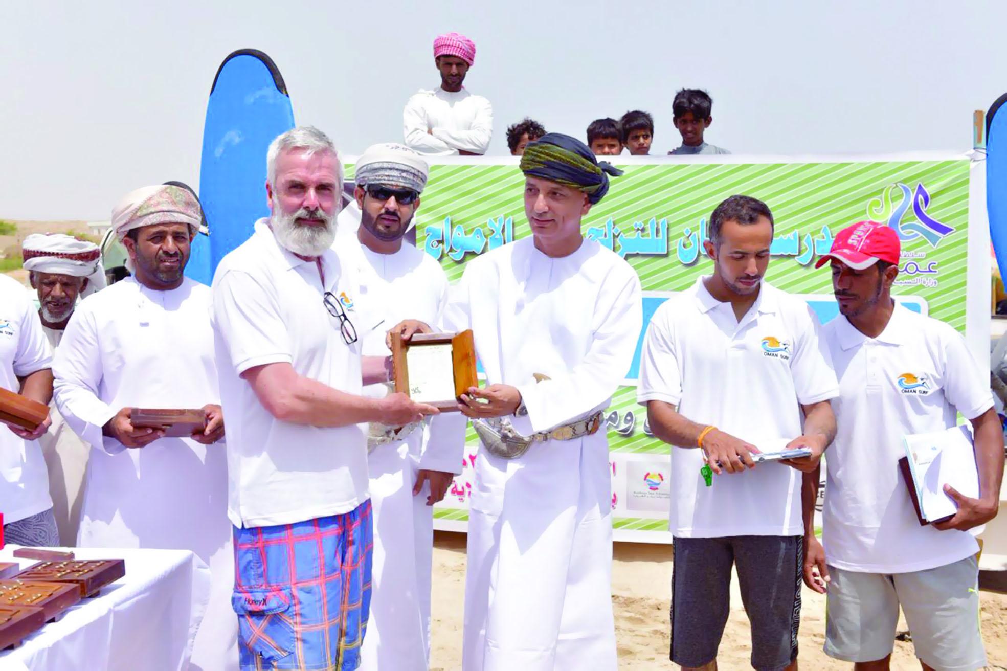 في نيابة رأس الحد مدرسة عمان للتزلج تنظم «تحدي التزلج على الأمواج»