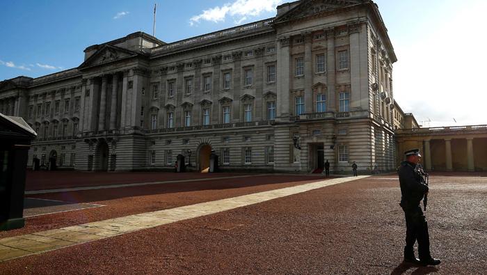 Man arrested with taser at UK's Buckingham Palace visitor entrance