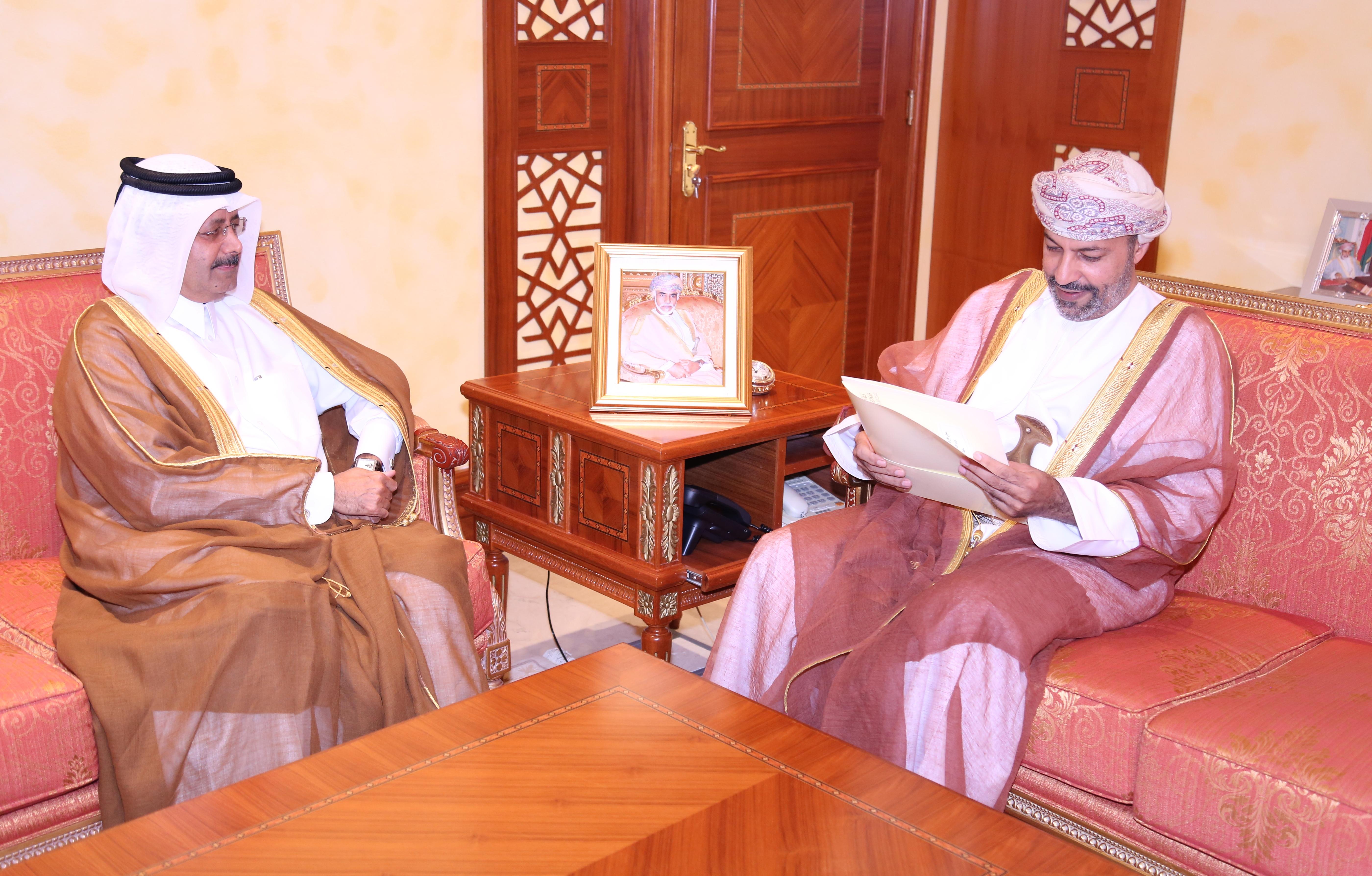 وزير الداخلية يتسلم رسالة خطية من رئيس مجلس الوزراء ووزير الداخلية القطري