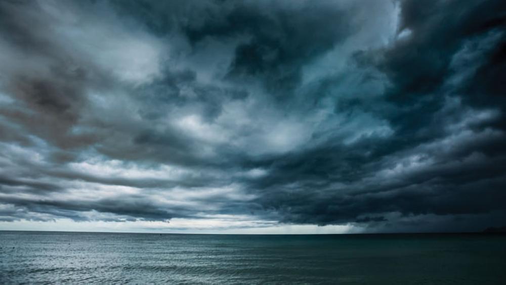 """موج البحر قد يصل 8 أمتار.. """"الطيران المدني"""" يصدر التنبيه 5"""