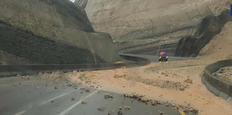 مع هطول الأمطار.. تساقط الحجارة على الطريق الساحلي الشويمية - حاسك