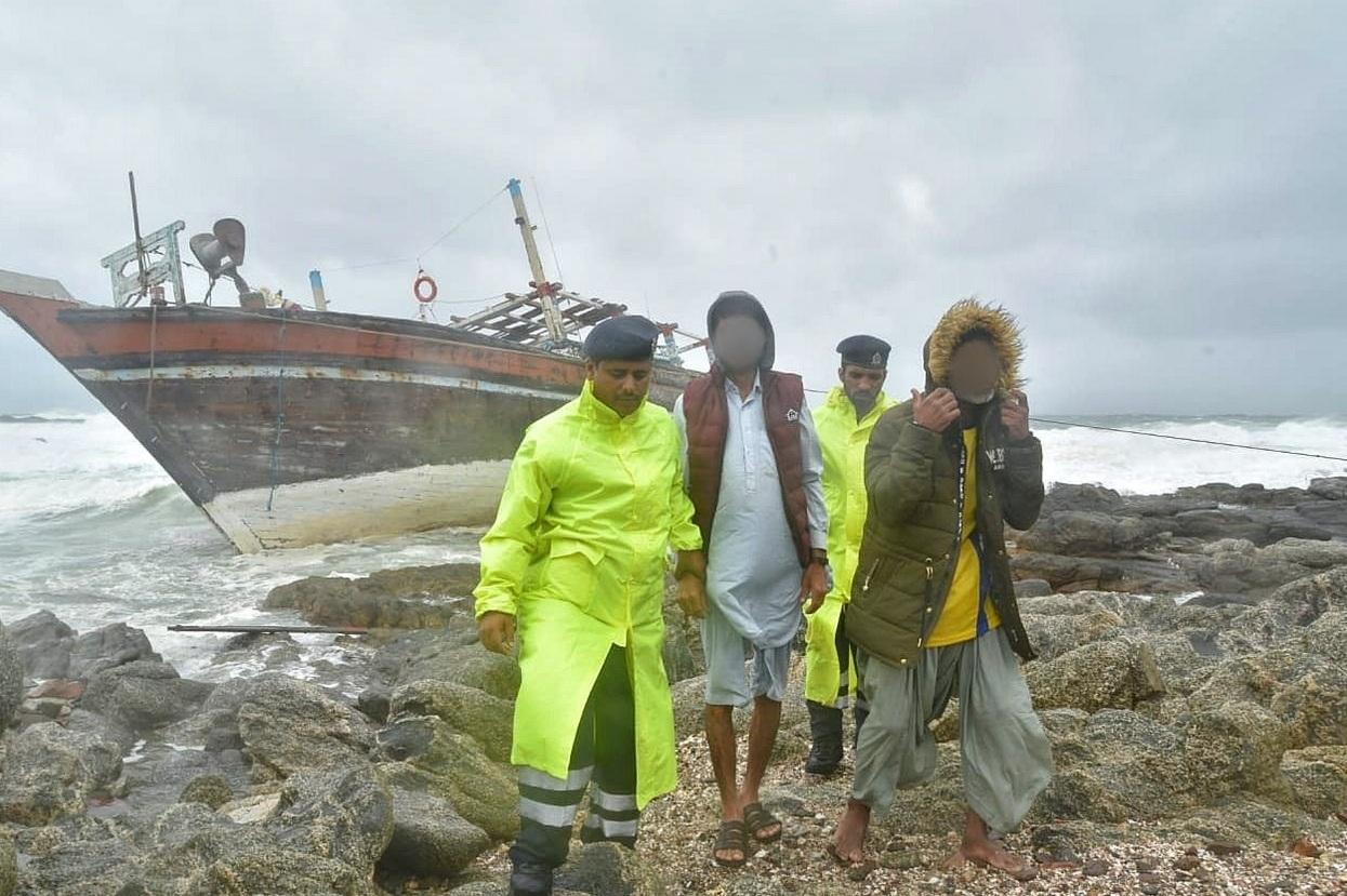 سدح.. إنقاذ 8 أشخاص على متن سفينة تجارية