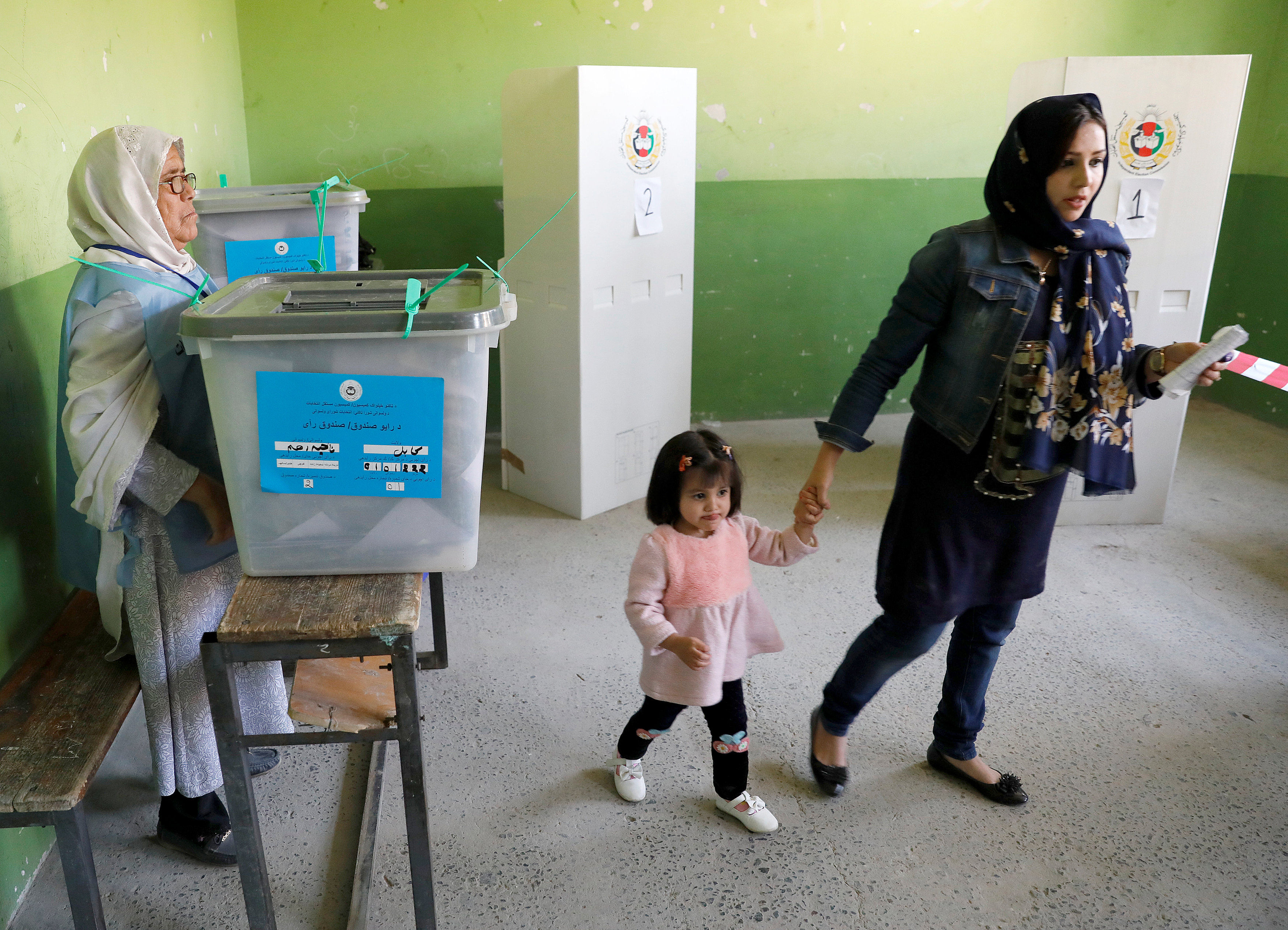 Afghans shut out by polling station chaos return to vote