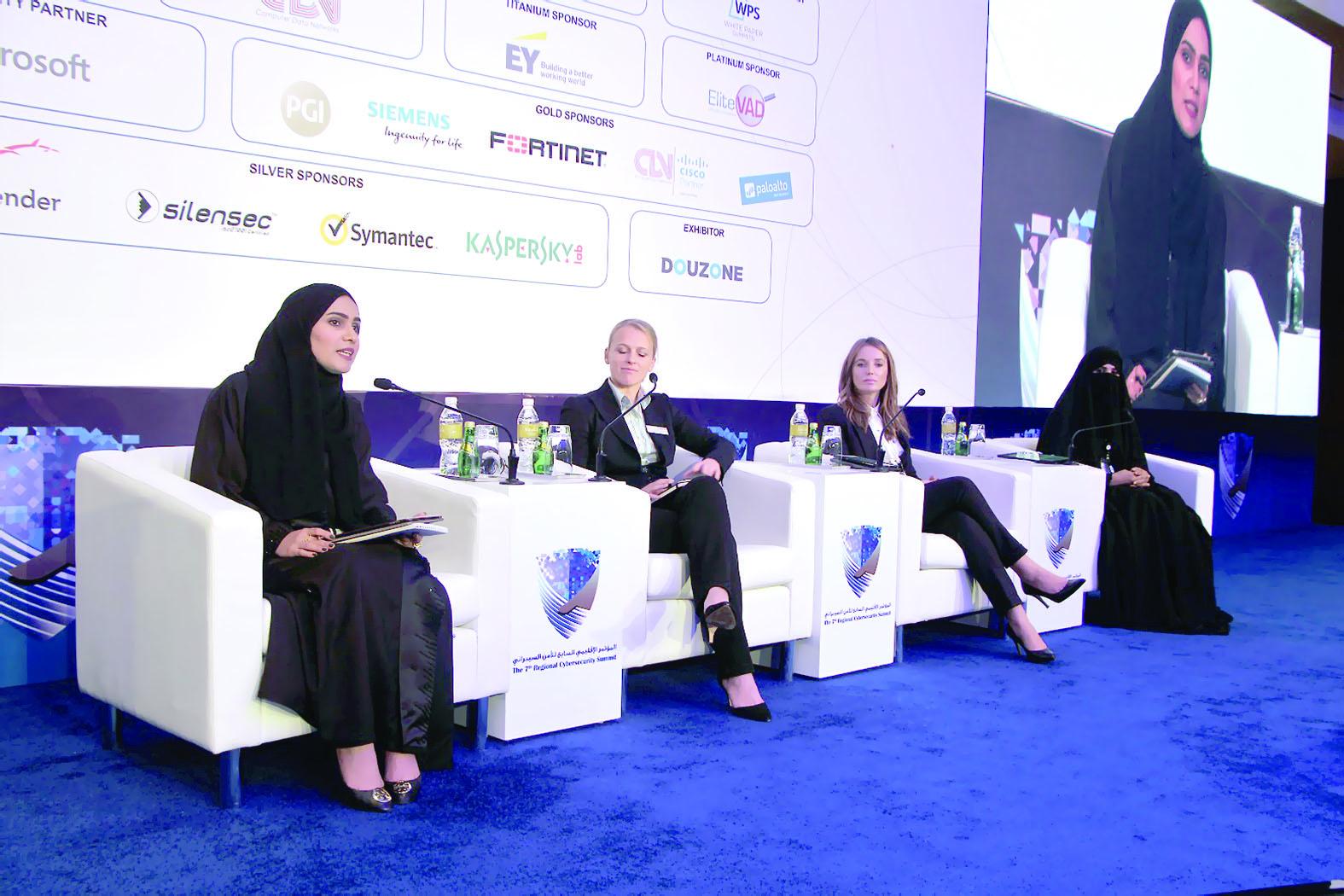 السلطنة تستعرض تجربة المرأة في أمن المعلومات بالكويت