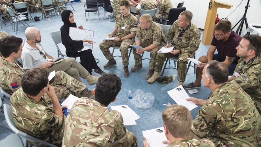8 عمانيات يبنين جسوراً للتواصل مع القوات البريطانية