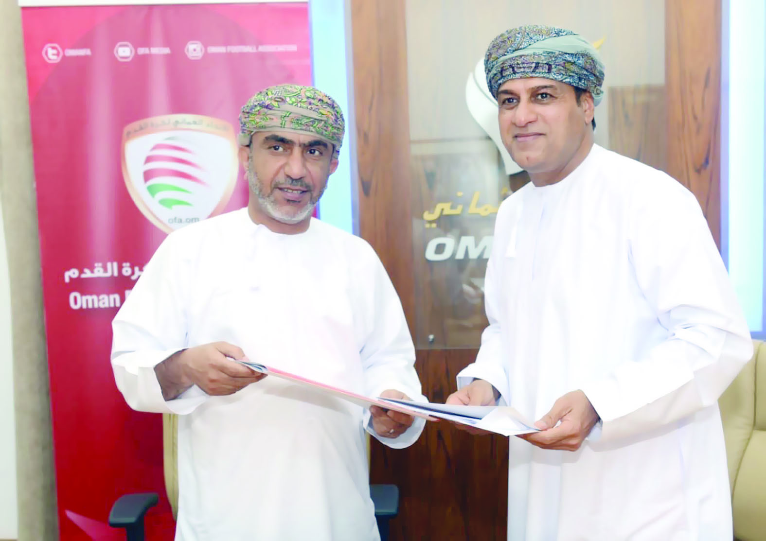 اتحاد الكرة والطيران العماني يجددان عقد الشراكة