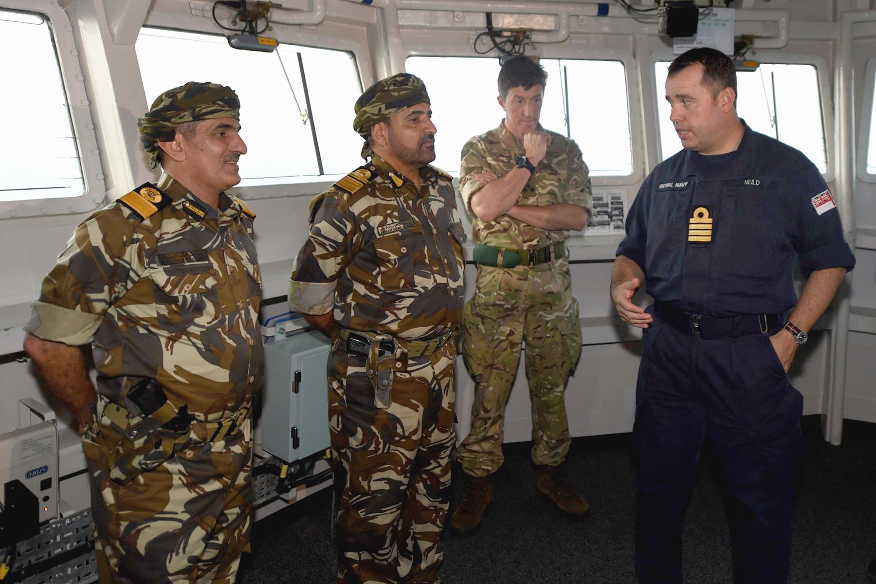 قائد البحرية يزور سفينتي قيادة القوة البحرية (الظافرة) وسفينة البحرية الملكية البريطانية (ألبيون)