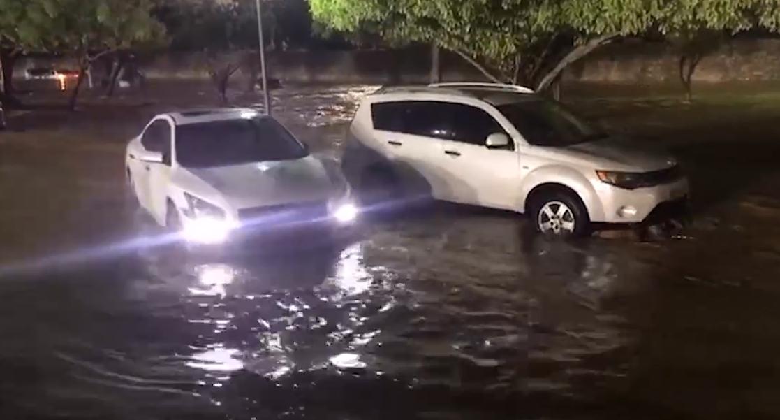 شاهد: الأمطار تتسبب في اختناقات مرورية مساء أمس