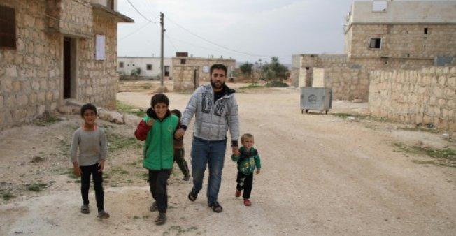 مقاتل سوري ينشئ تطبيقاً صوتياً بعد فقد بصره