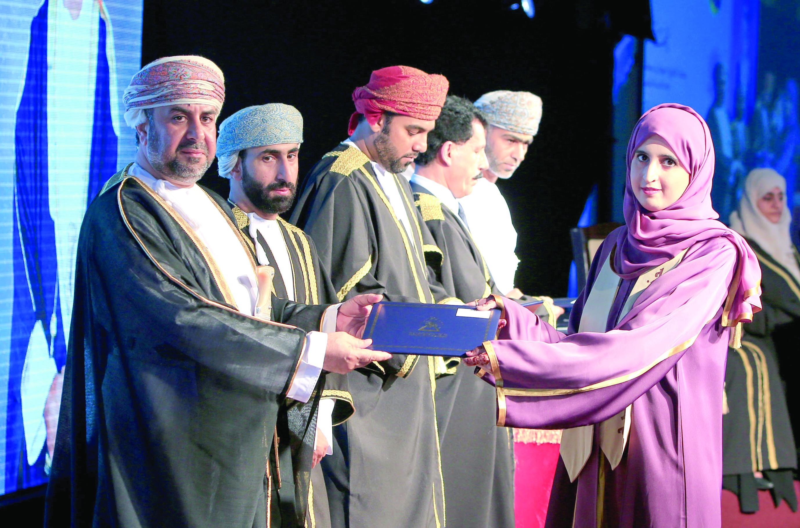 الكلية التقنية بشناص تحتفل بتخريج 580 طالباً وطالبة