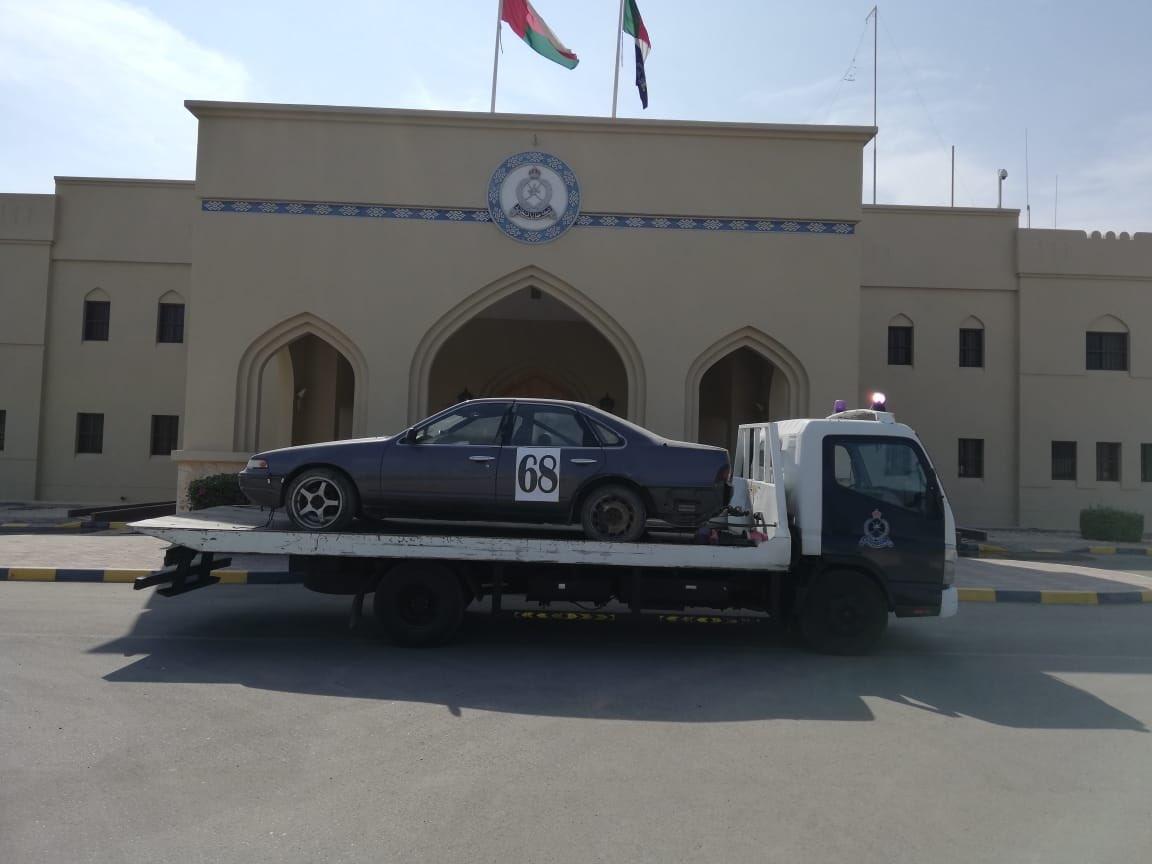 ضبط عدد من السيارات المعدة للتفحيط في صحار