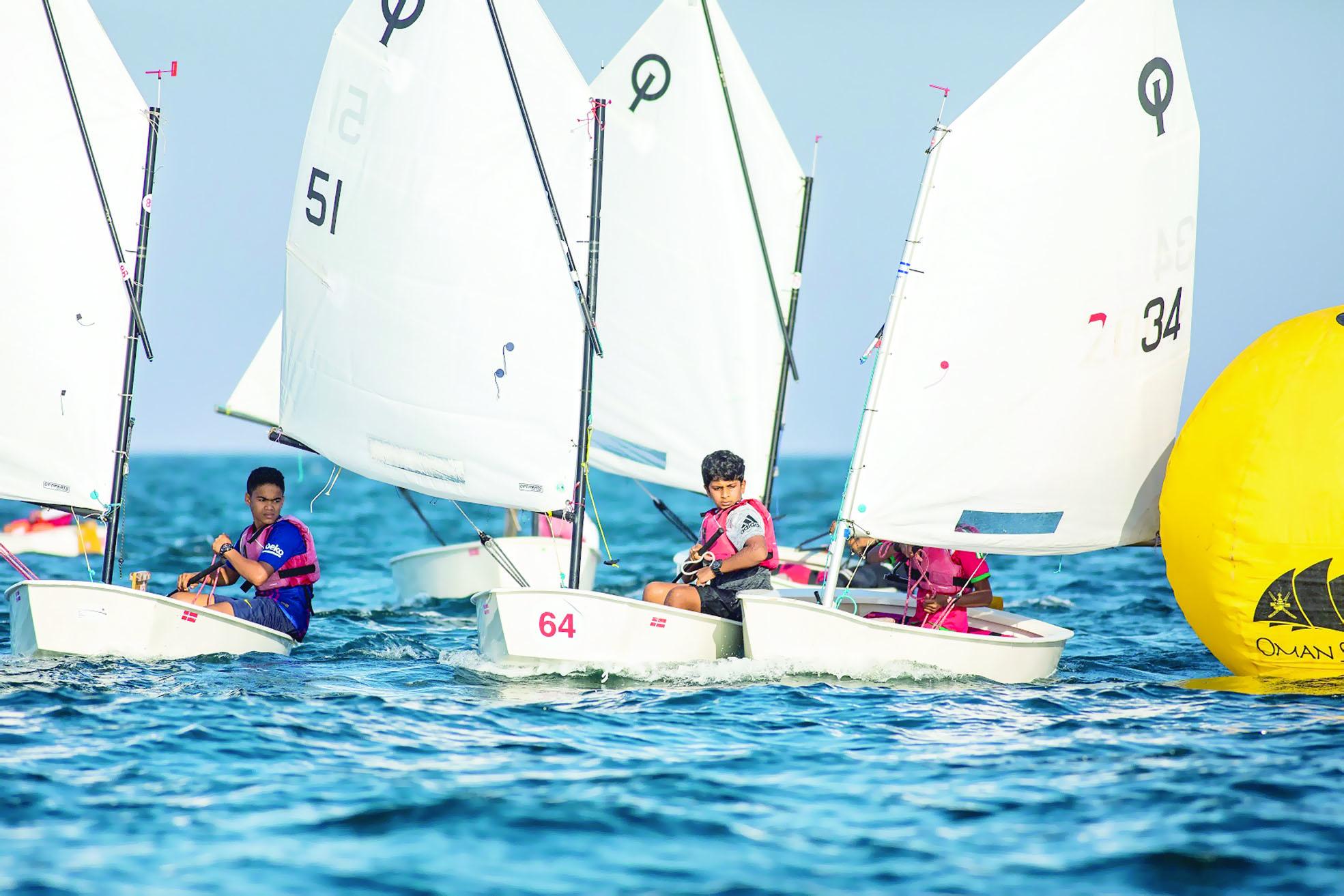 استمرت لمدة يومين «عُمان للإبحار»تختتم سباقات تحديد المستوى لهذا العام بمشاركة 56 بحاراً ناشئاً