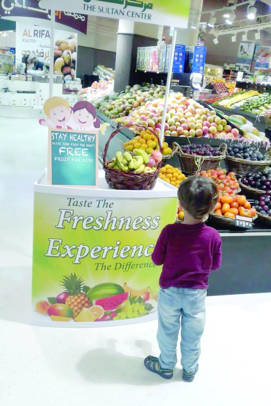 مركز سلطان يقدّم الفواكه المجانية للمتسوّقين الصغار