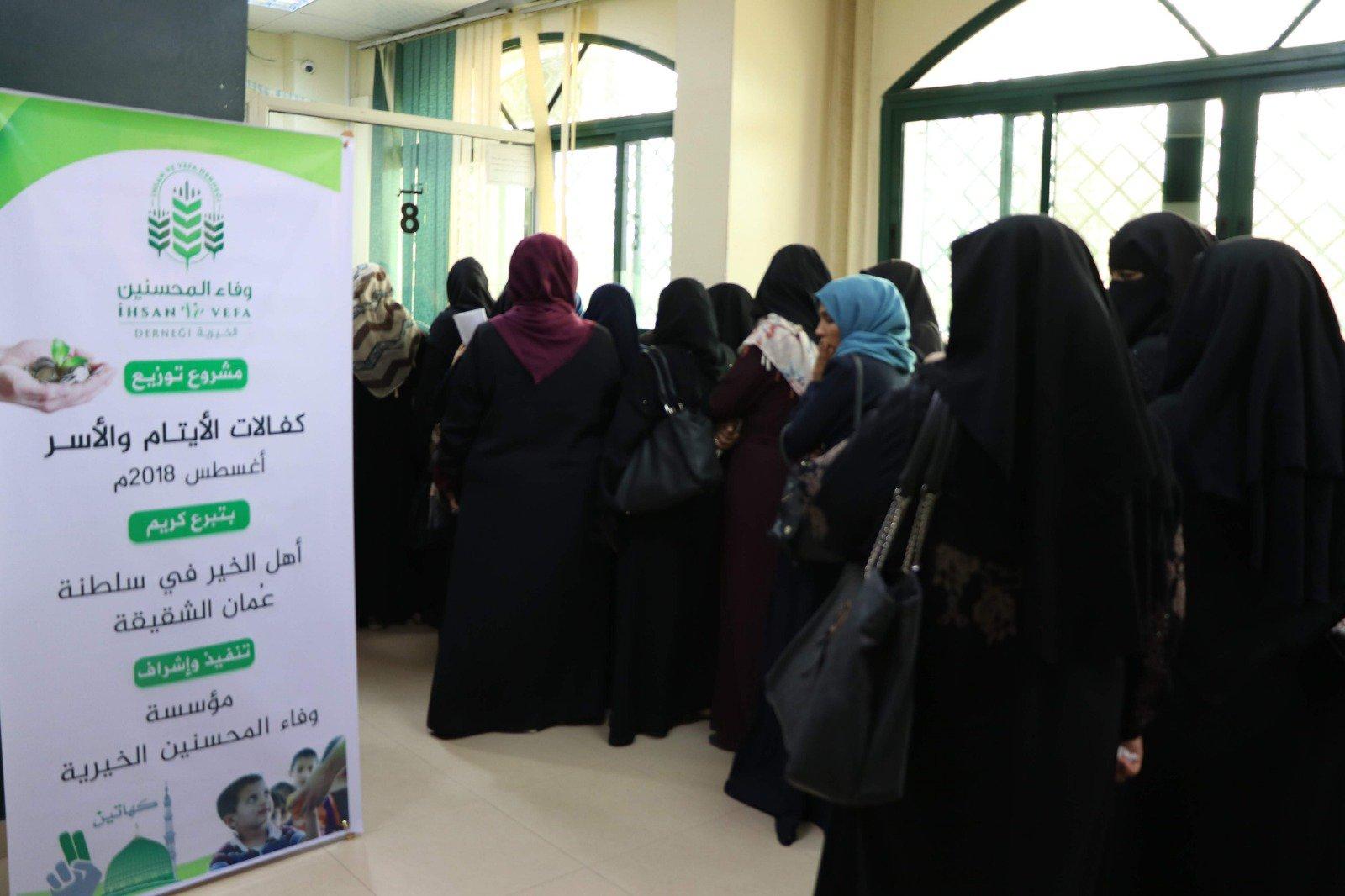بالصور.. تبرعات عمانية تساهم في كسوة الشتاء لـ500 طفل فلسطيني