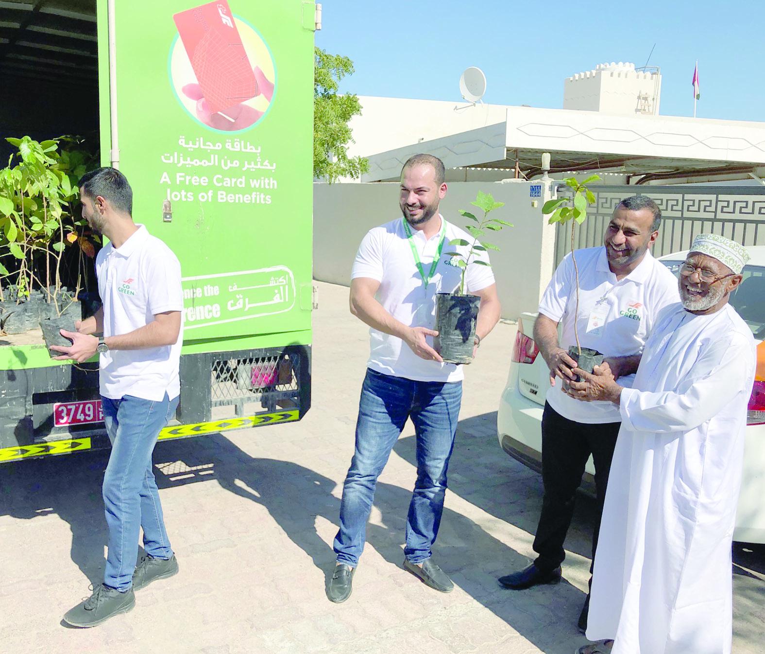مركز سلطان يوزع 500 نبتة