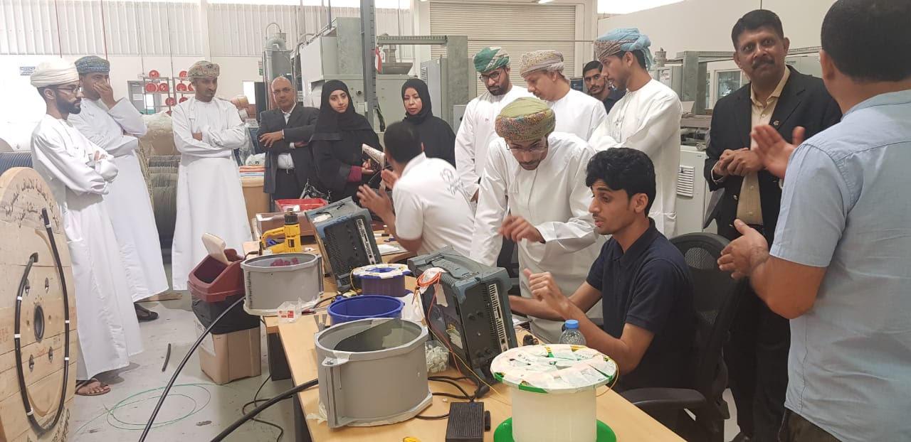 التجارة والصناعة تنظم برنامج «يوم في مصنع»
