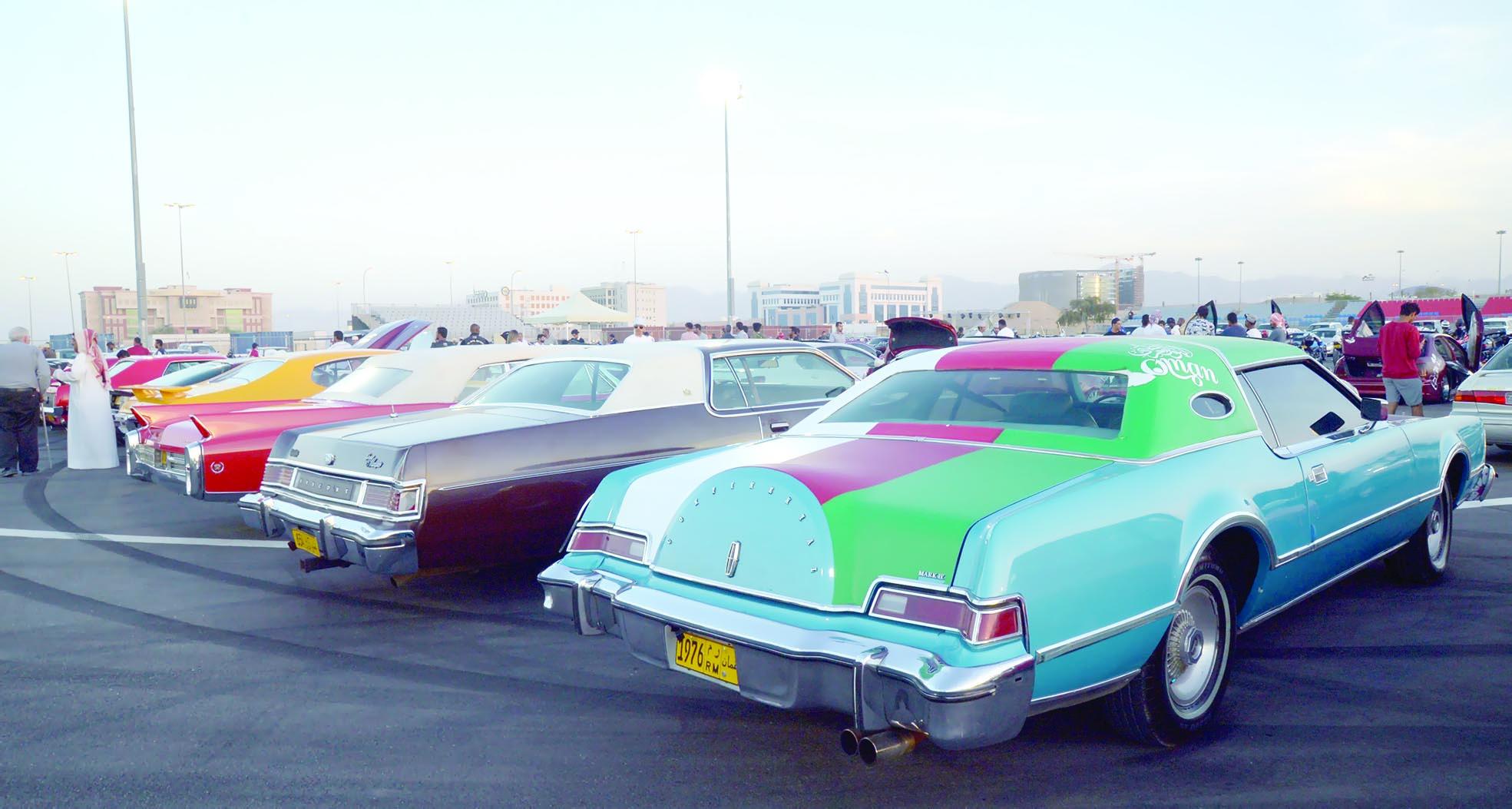 السيارات الكلاسيكية تجذب عشاقها في مهرجان مسقط