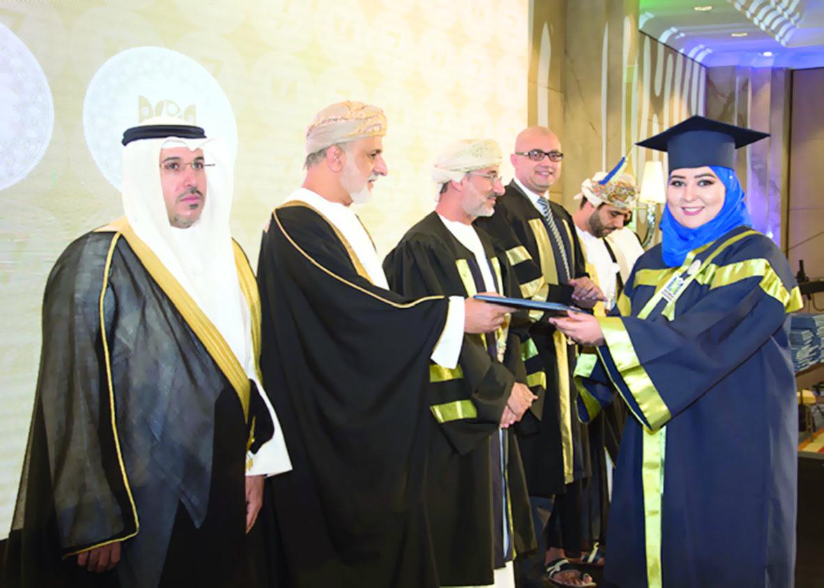 الجامعة العربية المفتوحة في السلطنة تخرّج 404 طلاب
