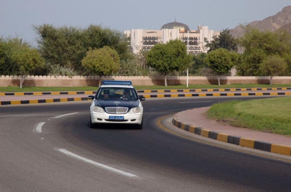 ضبط سائق مركبة لمجازفته بعبور أحد الأودية