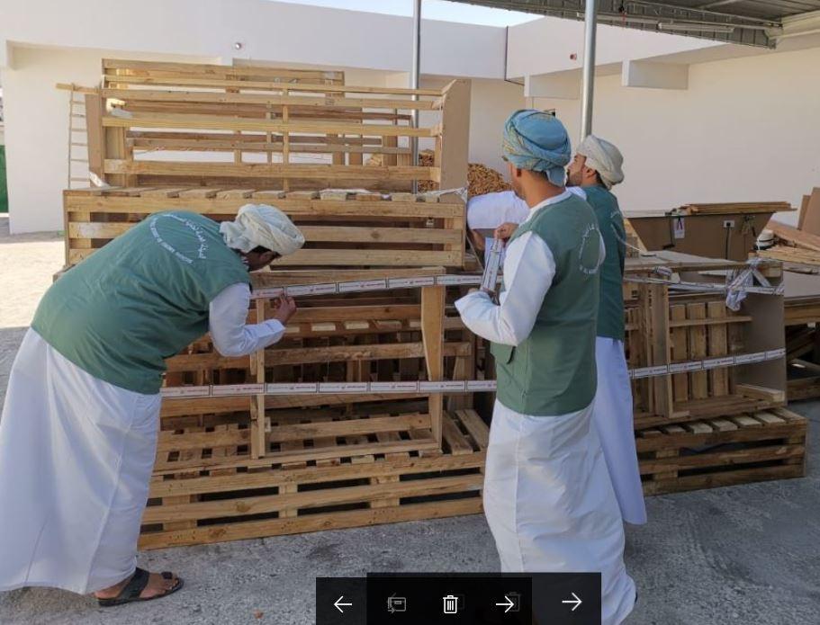 ضبط وافدين يقومون بصناعة أثاث من أخشاب مستعملة بالرستاق
