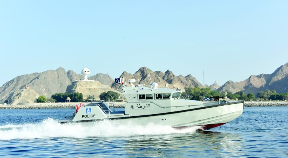 زورق خفر السواحل يساعد قارب صيد بمحافظة مسندم