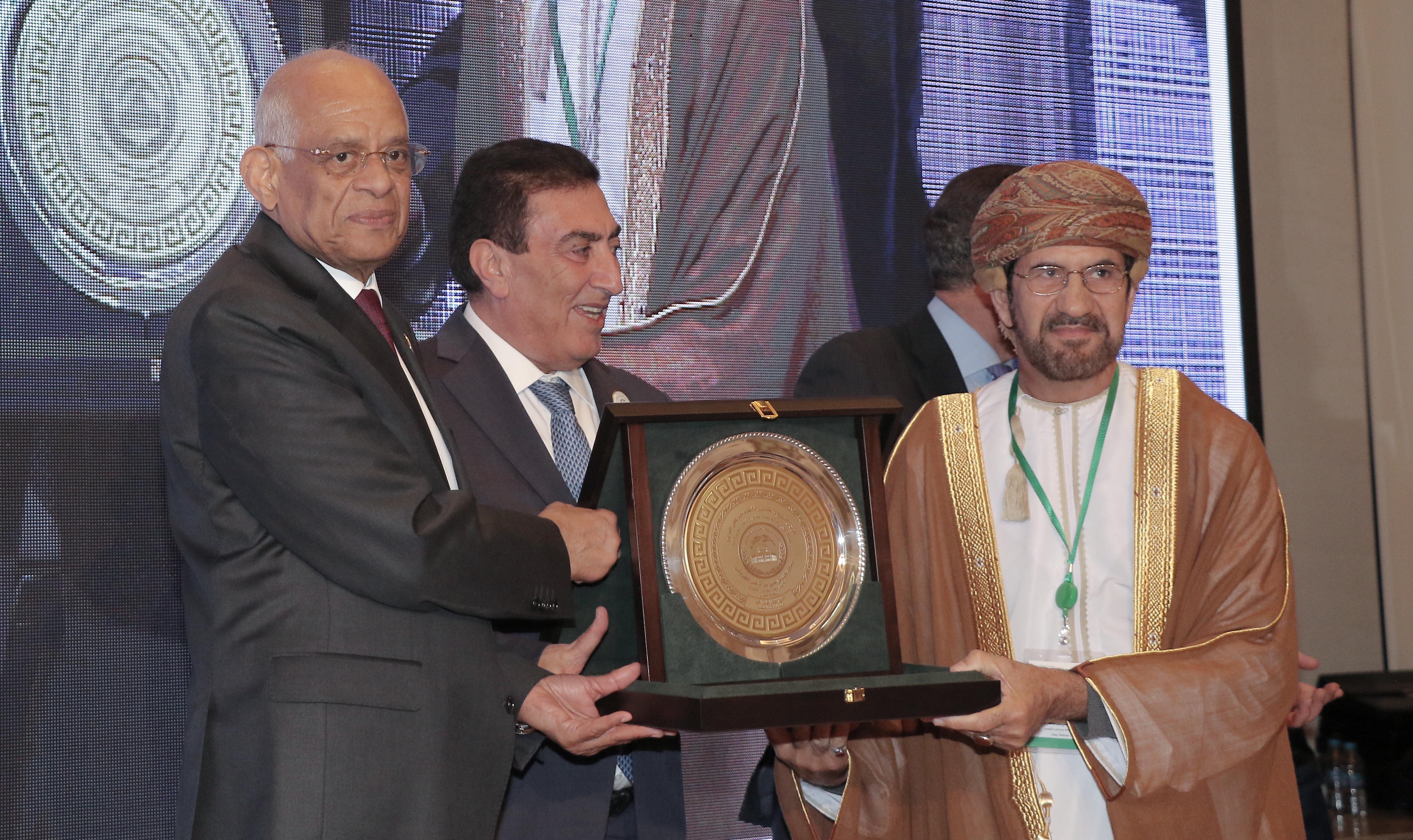 الاتحاد البرلماني العربي يمنح أمين عام مجلس الشورى جائزة التميز البرلماني العربي