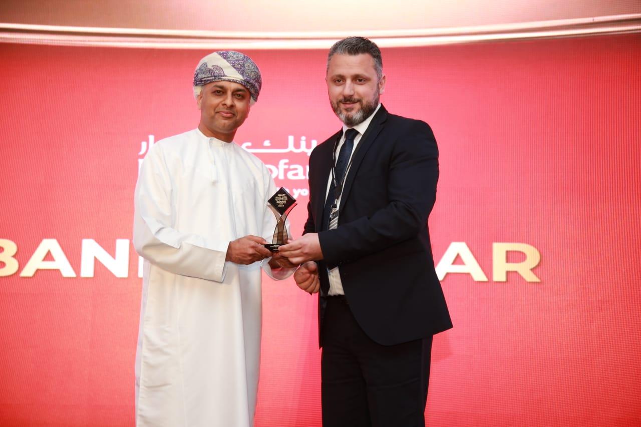 بنك ظفار يحصد جائزة «أفضل تحول رقمي في القطاع المصرفي»
