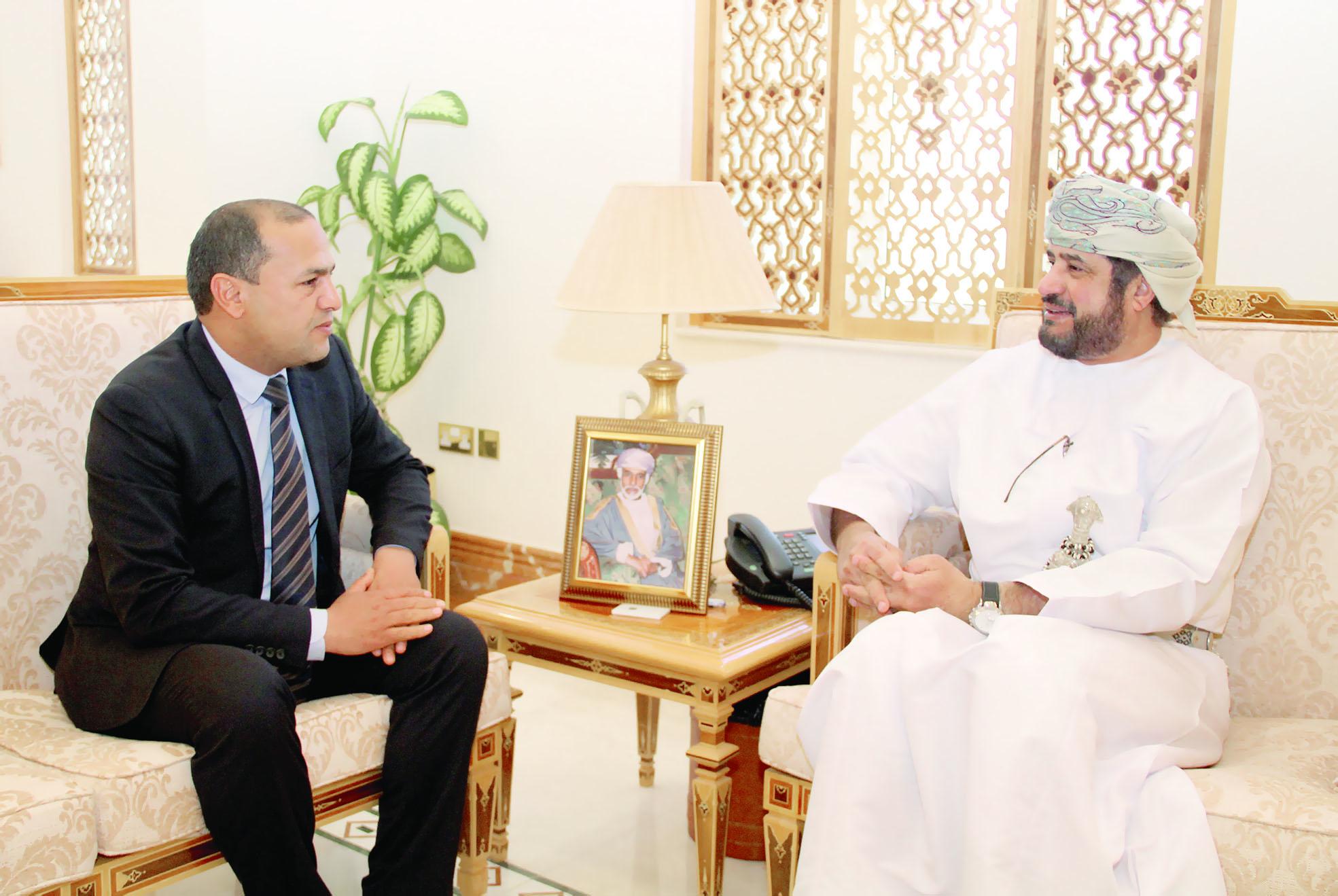 وزير الخدمة المدنية يستقبل مسؤولا تونسيا