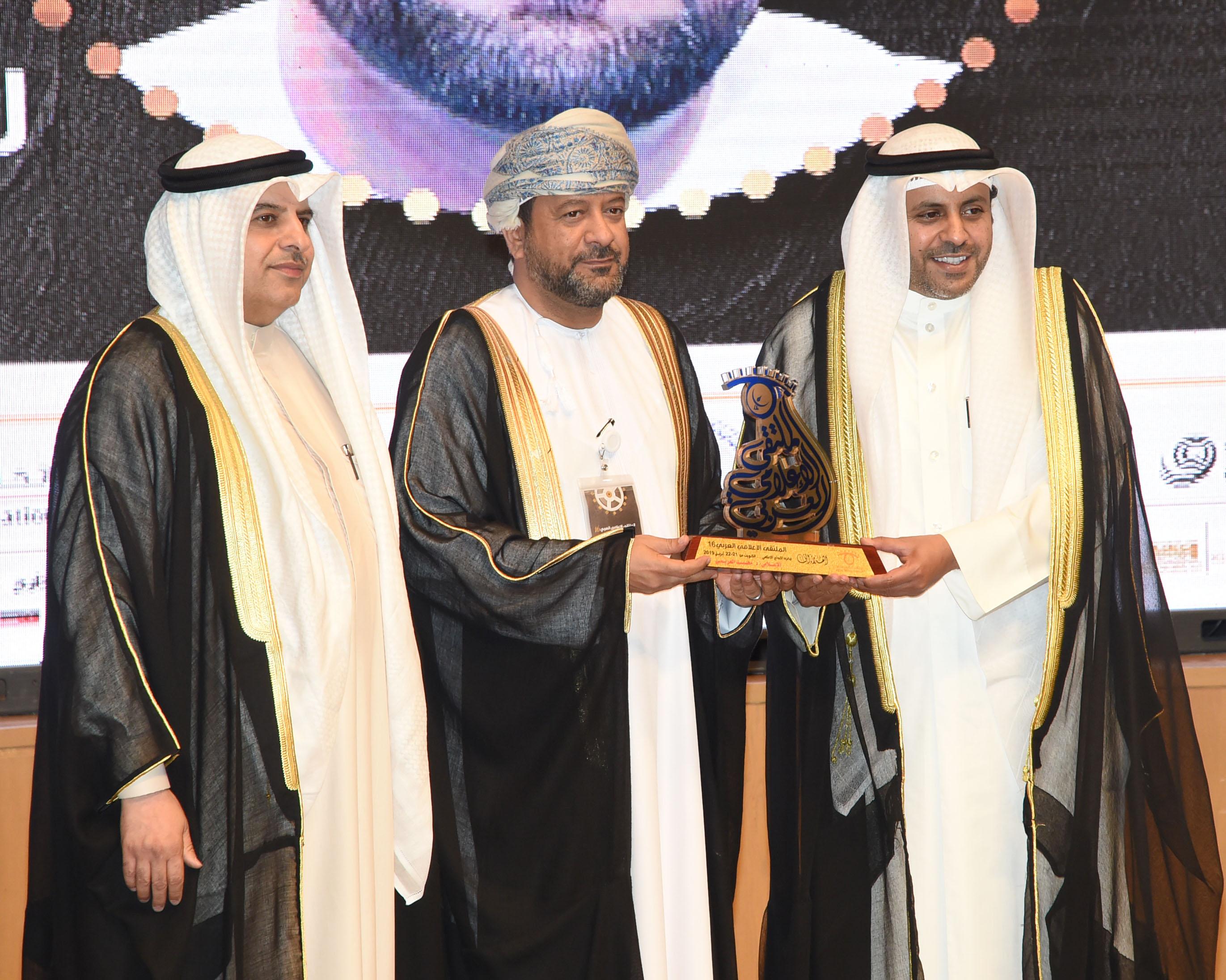 """الملتقى الإعلامي العربي في الكويت يكرِّم رئيس تحرير """"العمانية"""""""