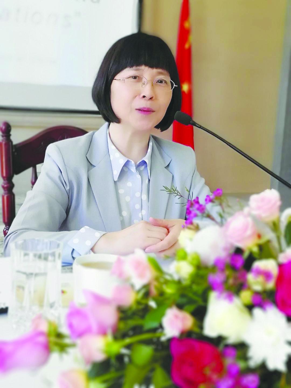 السفيرة الصينية بالسلطنة توضح موقف بلادها من الاحتكاكات الاقتصادية الأمريكية
