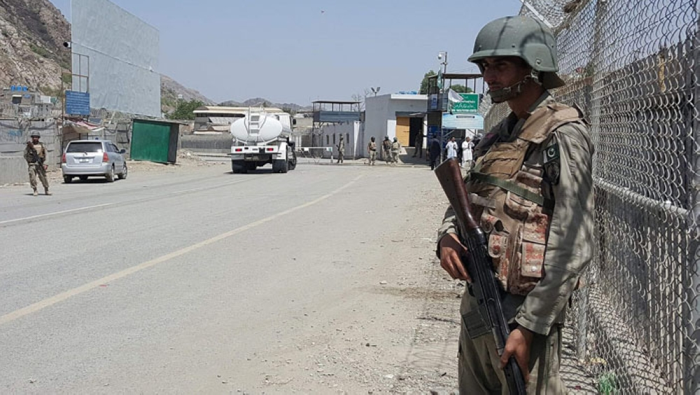 Attacks in Pakistan leave 10 soldiers dead
