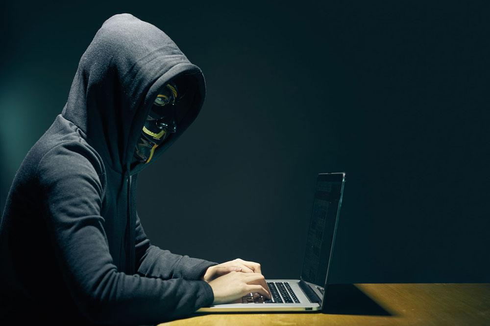 """السلطنة تواجه """"الشائعات"""" عبر الإنترنت بعقوبات صارمة"""