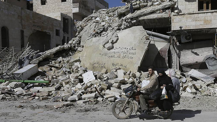 Russian servicemen deliver aid to Damascus suburb